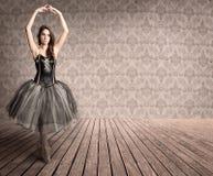 Attraktiv ballerina på tåspetsarna fotografering för bildbyråer