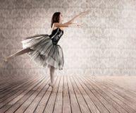 Attraktiv ballerina på tåspetsarna arkivbild