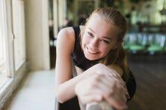 Attraktiv ballerina som värmer upp i balettgrupp Royaltyfria Bilder