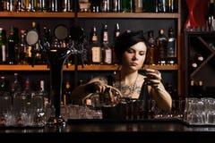 Attraktiv bartender Arkivbilder