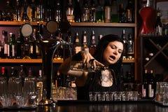 Attraktiv bartender Fotografering för Bildbyråer