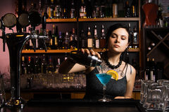 Attraktiv bartender Royaltyfri Fotografi