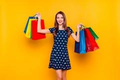 Attraktiv, bezaubernd, hübsches, glückliches Mädchen, das mit Kauf prahlt Lizenzfreies Stockfoto