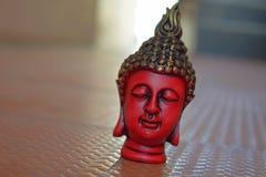 Attraktiv bild av en röd Buddhaväggmålning royaltyfria bilder