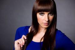 attraktiv blå brunettkvinna Royaltyfria Bilder
