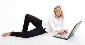 attraktiv blond bärbar dator Arkivbild