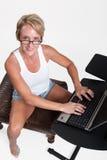 attraktiv blond caucasian fortieskvinna Royaltyfri Bild