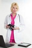 Attraktiv blond caucasian sjukvårdarbetare Royaltyfri Bild