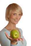 attraktiv blond flicka för äpple Arkivbilder
