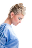 attraktiv blond flicka isolerad ståendesida Arkivbild