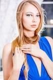 Attraktiv blond flicka med långt hår och guld- manikyr Royaltyfri Bild