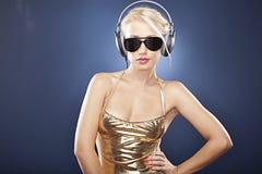 attraktiv blond flickahörlurar Arkivfoto