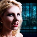 Attraktiv blond haired vampyr i en nattplats Royaltyfria Bilder