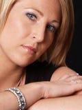 attraktiv blond headshotmodell Arkivbilder
