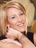 attraktiv blond headshotmodell Fotografering för Bildbyråer
