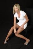 attraktiv blond klänningwhite Arkivfoton