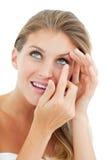 attraktiv blond kontaktlins som sätter kvinnan Royaltyfria Bilder