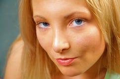 attraktiv blond kvinna Arkivbild