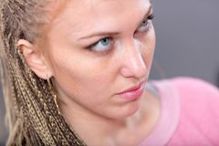 Attraktiv blond kvinna med själfulla blåa ögon Arkivbild