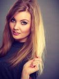 Attraktiv blond kvinna med windblown hår arkivbild