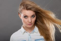 Attraktiv blond kvinna med windblown h?r royaltyfria bilder
