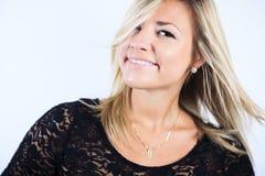 Attraktiv blond kvinna på studio Fotografering för Bildbyråer