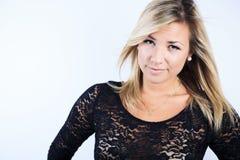Attraktiv blond kvinna på studio Arkivfoto