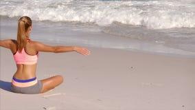 Attraktiv blond kvinna som gör yoga arkivfilmer
