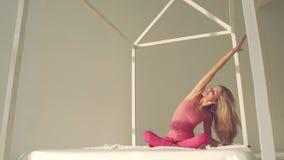 Attraktiv blond kvinna som gör yoga på en solig dag arkivfilmer