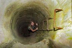 Attraktiv blond kvinna som klättrar trappan Arkivbild