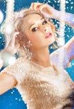 attraktiv blond ladystående royaltyfria bilder