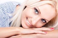 attraktiv blond modell Arkivfoto