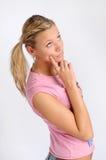 attraktiv blond rosa kvinna för skjorta t Arkivfoto