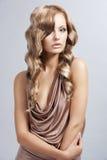 attraktiv blond tappningkvinna fotografering för bildbyråer