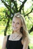 Attraktiv blond tonåring med ett älskvärt leende Arkivbild
