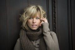 Attraktiv blond ung kvinna utomhus och att se kameran Arkivfoton