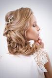 Attraktiv blondin Curley Bride Portrait Elegansfrisyr och Arkivbild
