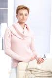 Attraktiv blondin som hemma plattforer Royaltyfria Foton