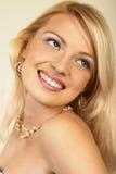 attraktiv blondinclose upp kvinnabarn Fotografering för Bildbyråer