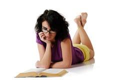 attraktiv bokavläsningskvinna royaltyfria bilder