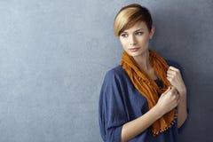 Attraktiv bärande halsduk för ung kvinna Royaltyfri Foto