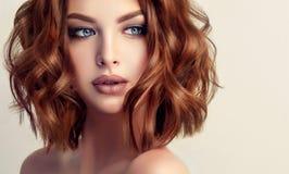 Attraktiv brun haired kvinna med den moderna, moderiktiga och eleganta frisyren royaltyfri bild