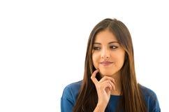 Attraktiv brunett för Headshot som naturligt poserar med det härliga leendet, vit bakgrund Arkivbild