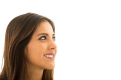 Attraktiv brunett för Headshot som naturligt poserar med det härliga leendet, vit bakgrund Arkivfoto