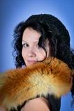 Attraktiv brunett som ha på sig räven Royaltyfria Foton