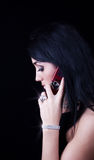 attraktiv brunett som kallar mobil Arkivbild
