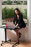 attraktiv brunettfortieskvinna Royaltyfria Foton