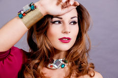 Attraktiv brunettkvinna med jewellry glamour royaltyfria bilder