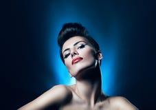 Attraktiv brunettkvinna med röda kanter Royaltyfria Foton
