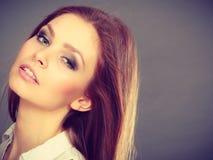 Attraktiv brunettkvinna med windblown hår fotografering för bildbyråer